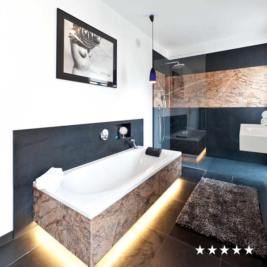Badezimmer aus Rainforest Brown und Mustang Schiefer – Living Guide ...